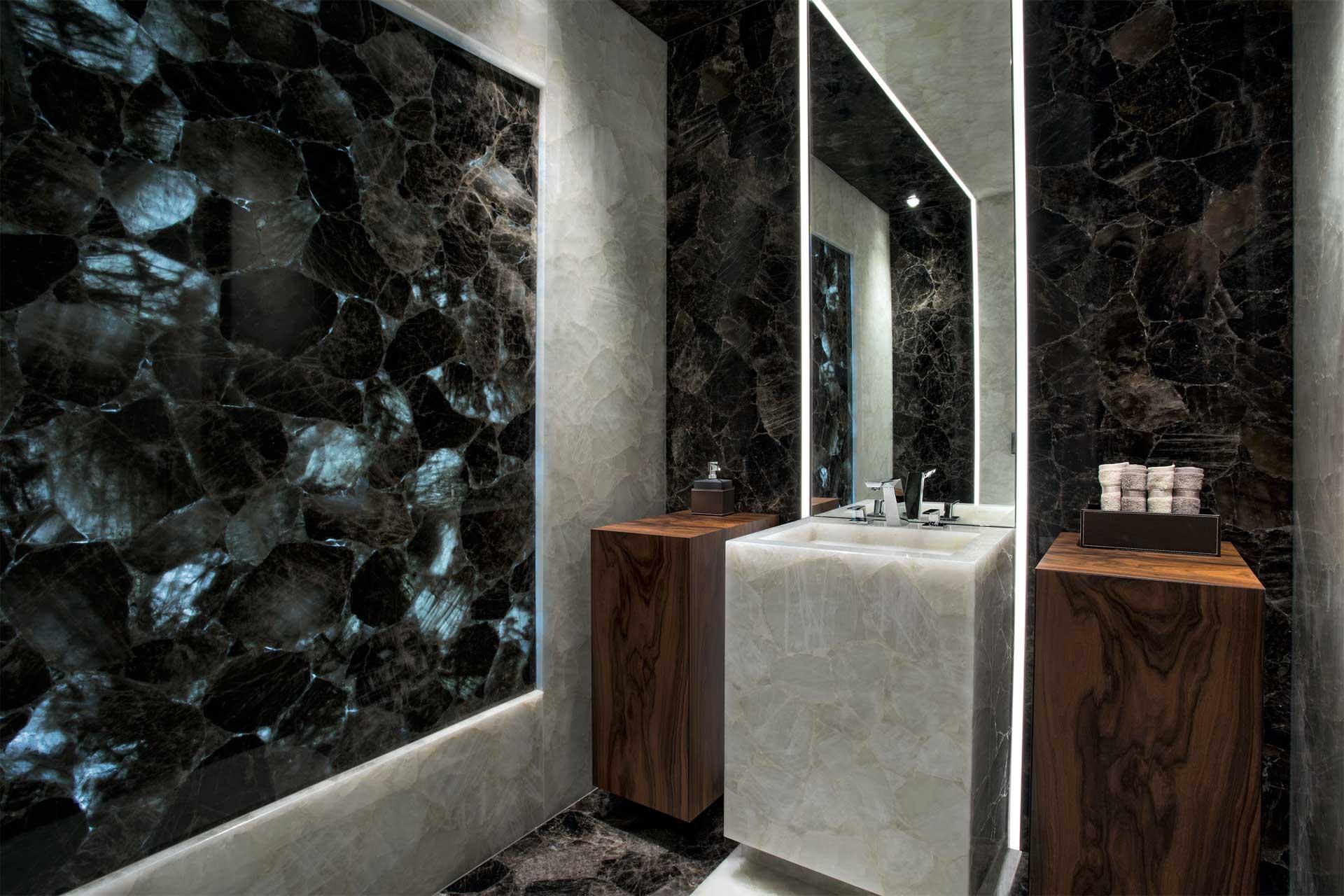 Naturstein schwarz weiß Bad
