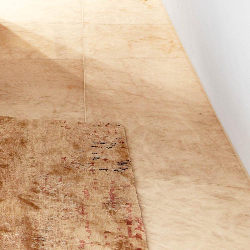 Marmorboden in beige im Schlafzimmer