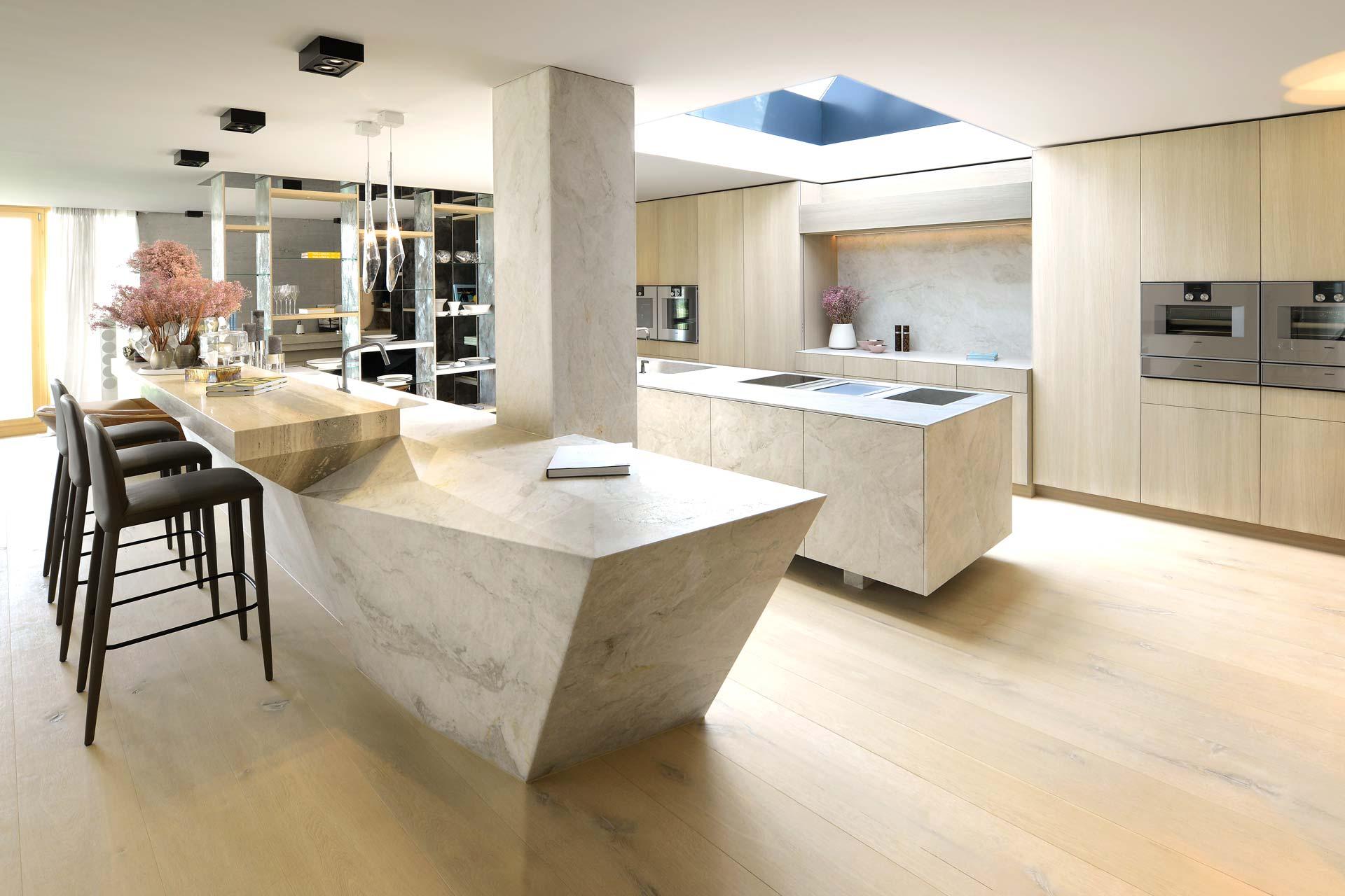 Naturstein Küche mit Kücheninsel aus weißem Stein