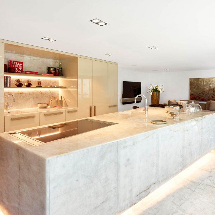 Helle Wohnküche aus Naturstein