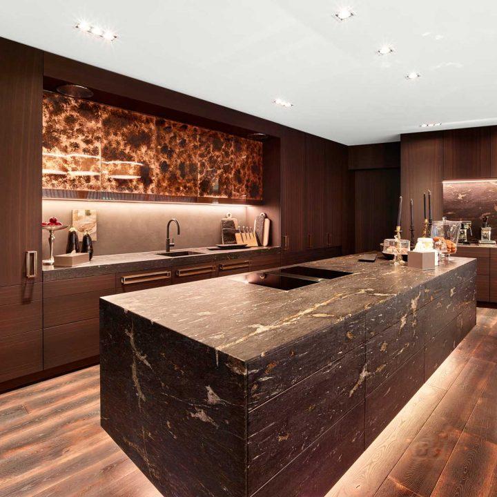 Offene Küche aus braunem Marmor