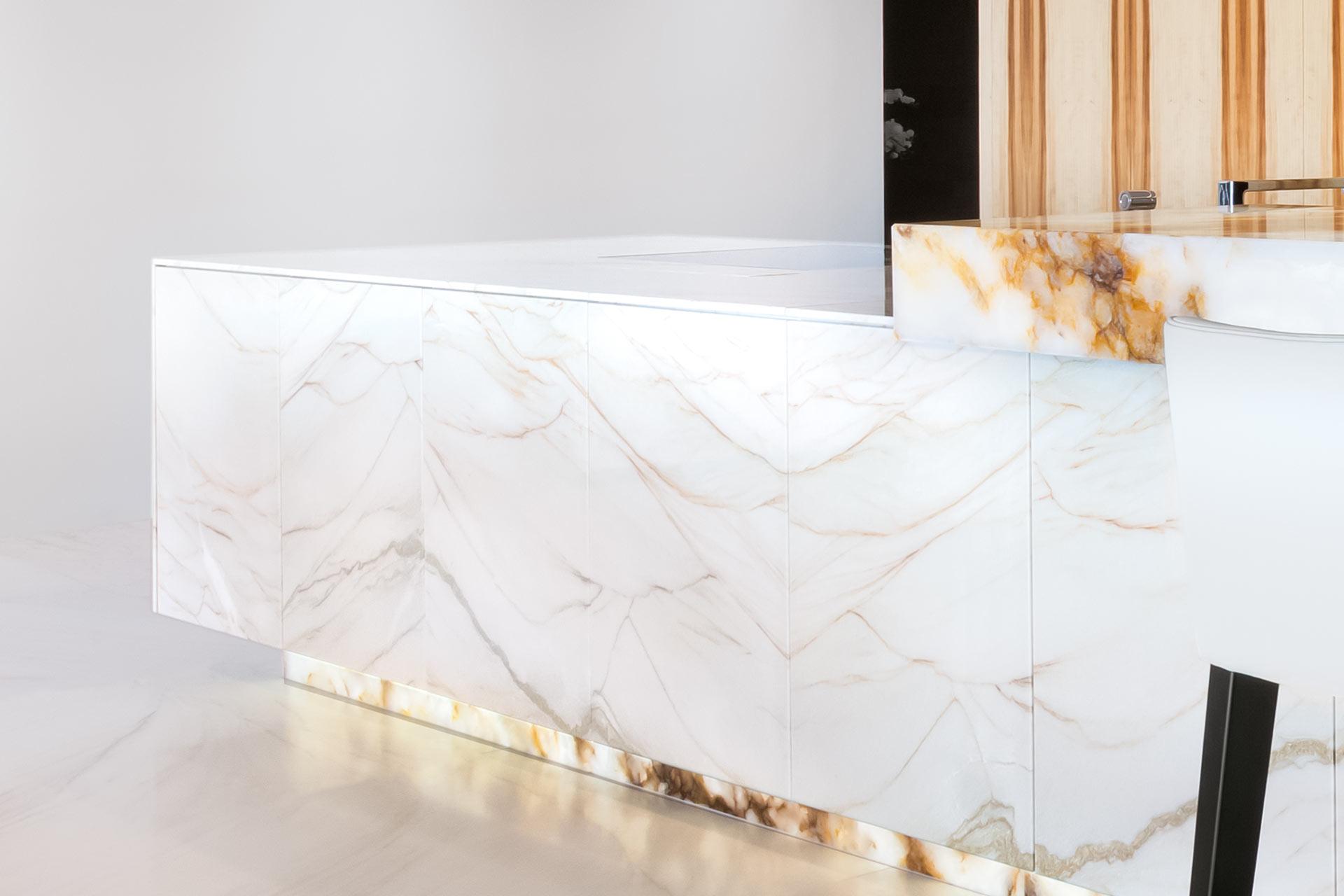 Kücheninsel und Fußboden in weißem Marmor