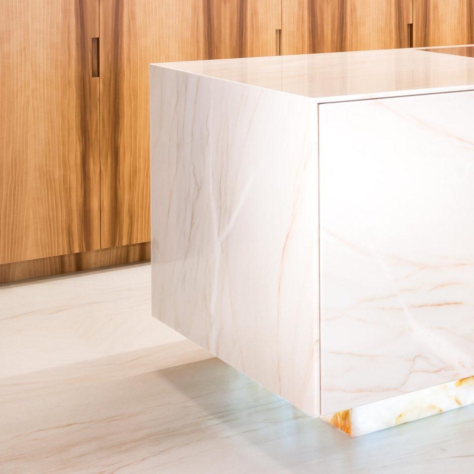 Kücheninsel in weißem Marmor