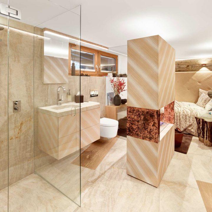 Beiger Naturstein im Schlafzimmer und Badezimmer
