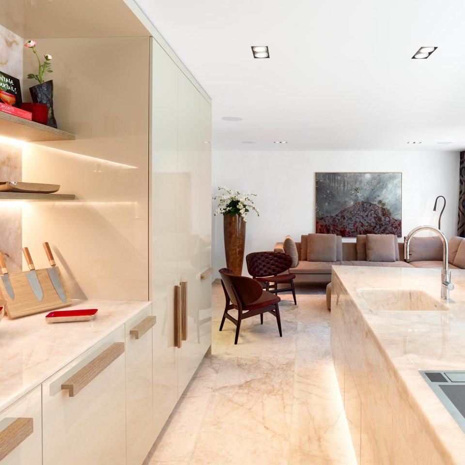 Wohnküche in weißem Marmor