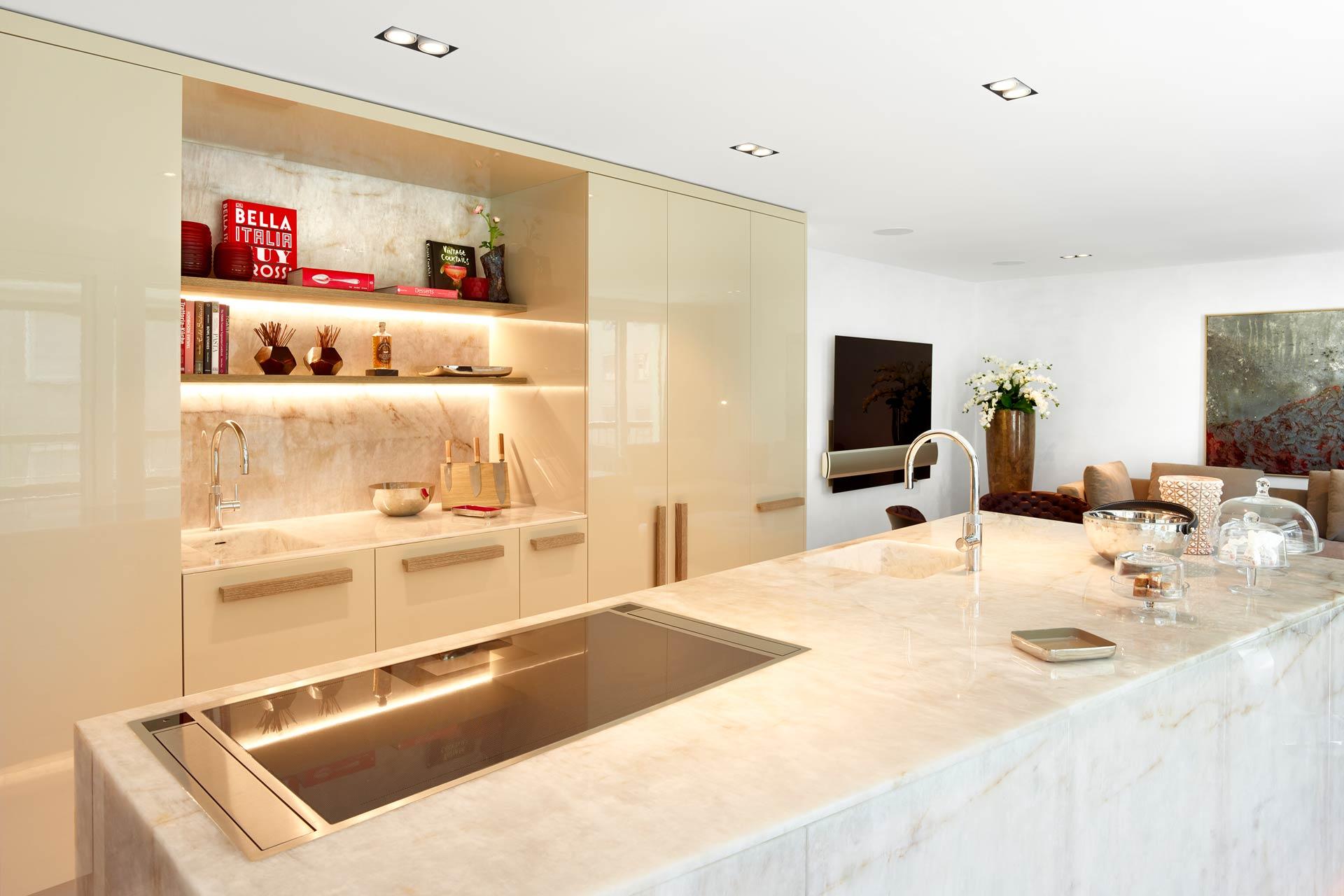 Wohnküche in weißem Naturstein