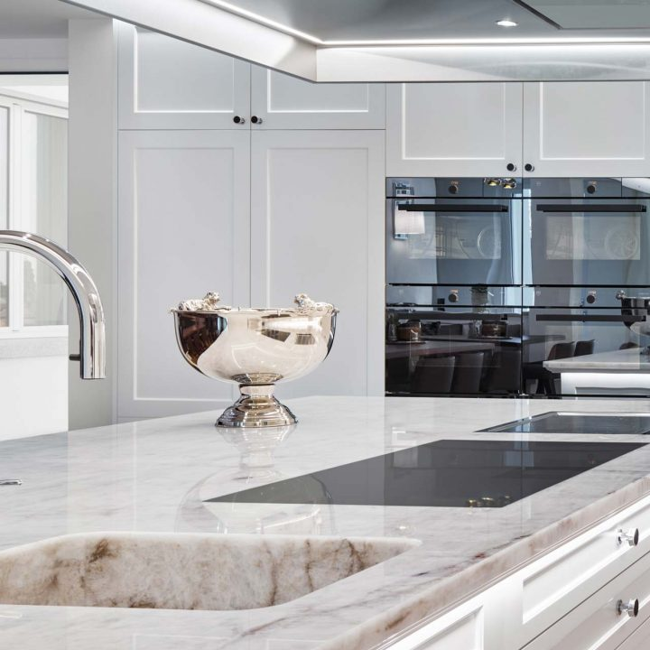 Helle Naturstein Arbeitsplatte Küche