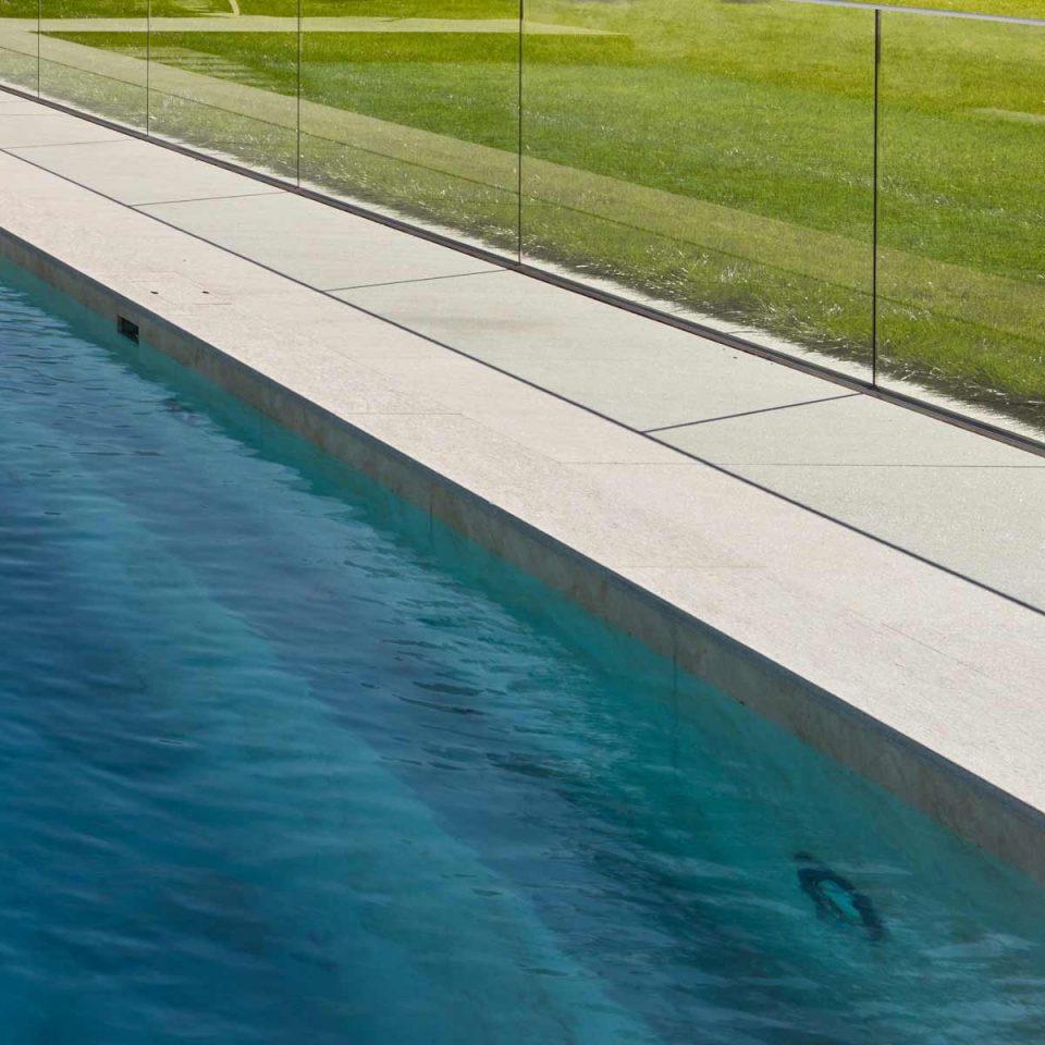 Naturstein Platten am Pool