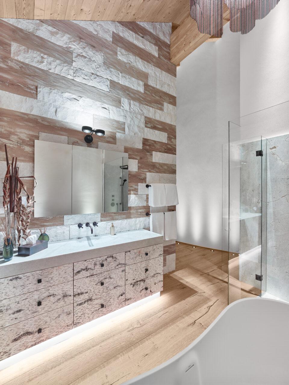 Weiße Naturstein Platten im Badezimmer