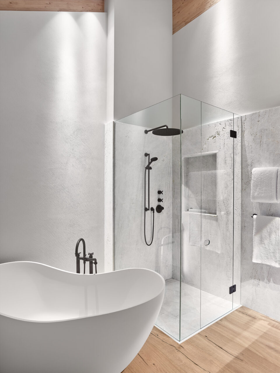 Weiße Steinwand in der Dusche
