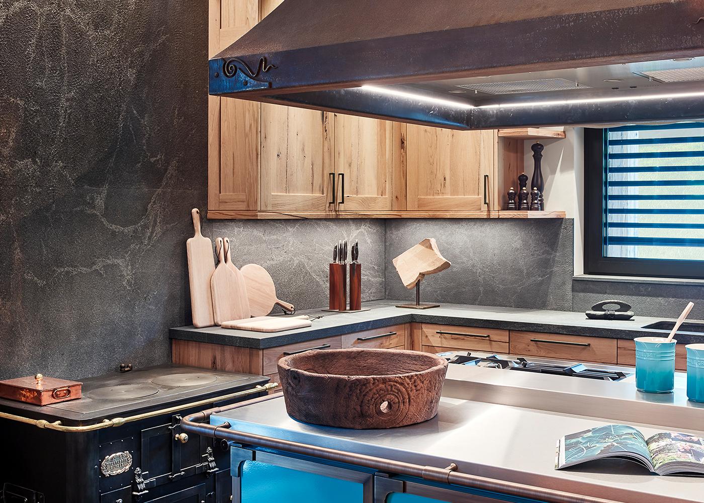 Steinwand in Anthrazit in der Küche