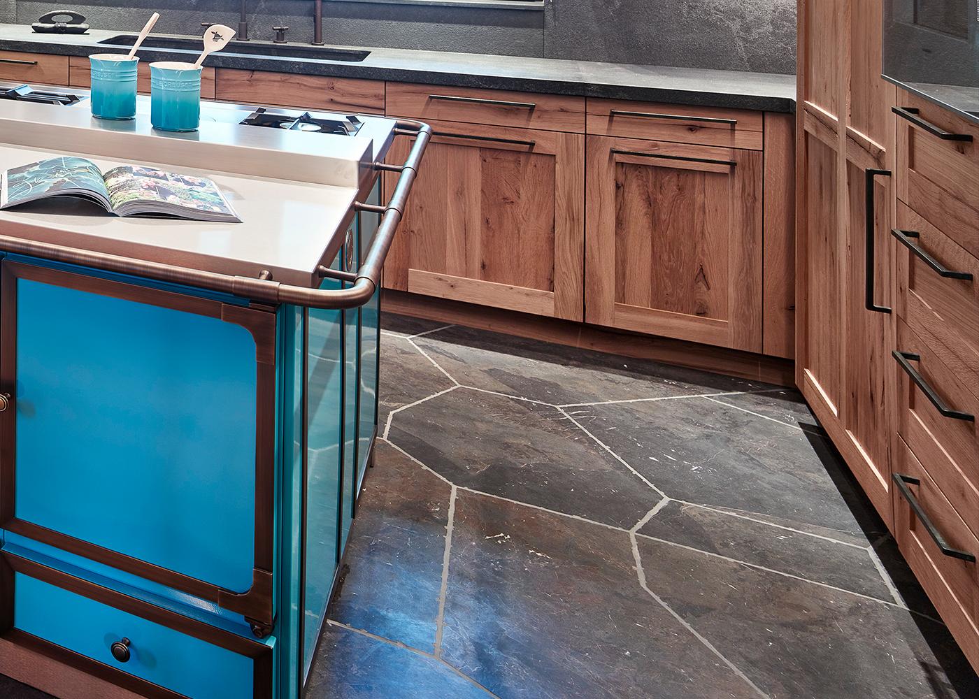 Steinboden in Anthrazit in der Küche